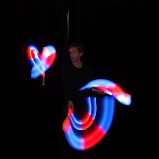 baila fuego - Lichtjonglage und Feuershow- Hochzeit-Gala-Varieté-Licht und Feuer-Feuershow mit Tanz, Artistik und Pyroeffekten, Fackeln, Pois, Lichtjonglage mit programmierbaren LED-Requisiten