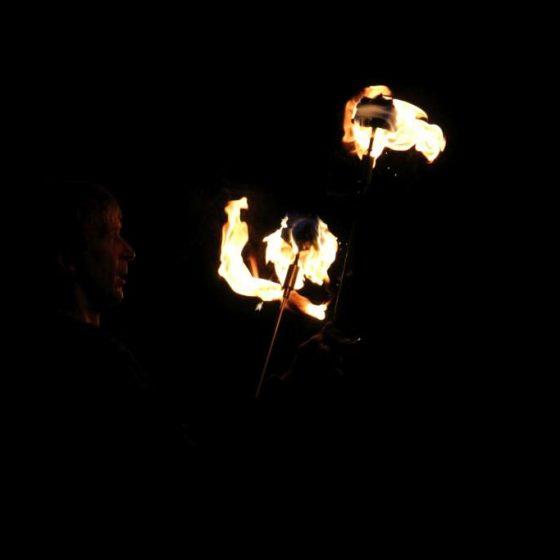 baila fuego - Lichtjonglage und Feuershow- Hochzeit-Gala-Varieté-Licht und Feuer-Feuershow mit Tanz, Artistik und Pyroeffekten, Fackeln, Pois, Lichterfester, Parkbeleuchtung, Varietes, Messen oder Stadtfesten