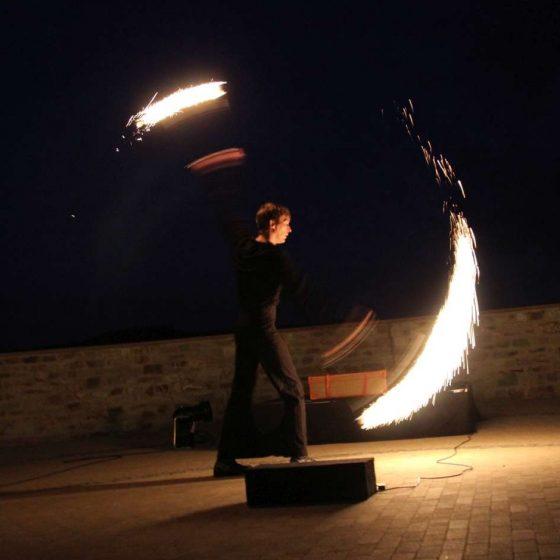 baila fuego - Lichtjonglage und Feuershow- Hochzeit-Gala-Varieté-Licht und Feuer-Feuershow mit Tanz, Artistik und Pyroeffekten, Fackeln, Pois und Pyrofontänen
