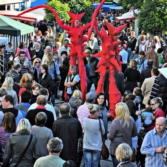 Stelzentheater-micha-Nanu-Stelzen-Stelzenläufer-Stadtfest
