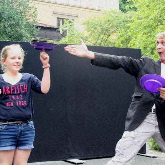kleinkunst-micha-jonglage-kindershow-Tellerdrehen-Tellerjonglage