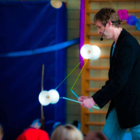 kleinkunst-micha-jonglage-kindershow-Diabolo Jongleur