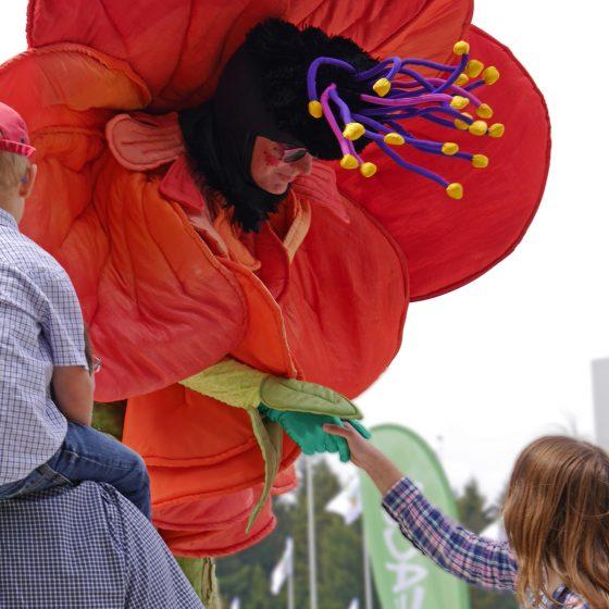 stelzentheater-micha-Blume-stelzen-stelzenläufer-Frühlingsfest
