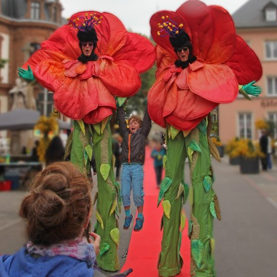 stelzentheater-micha-Blume-stelzen-stelzenläufer-Köln